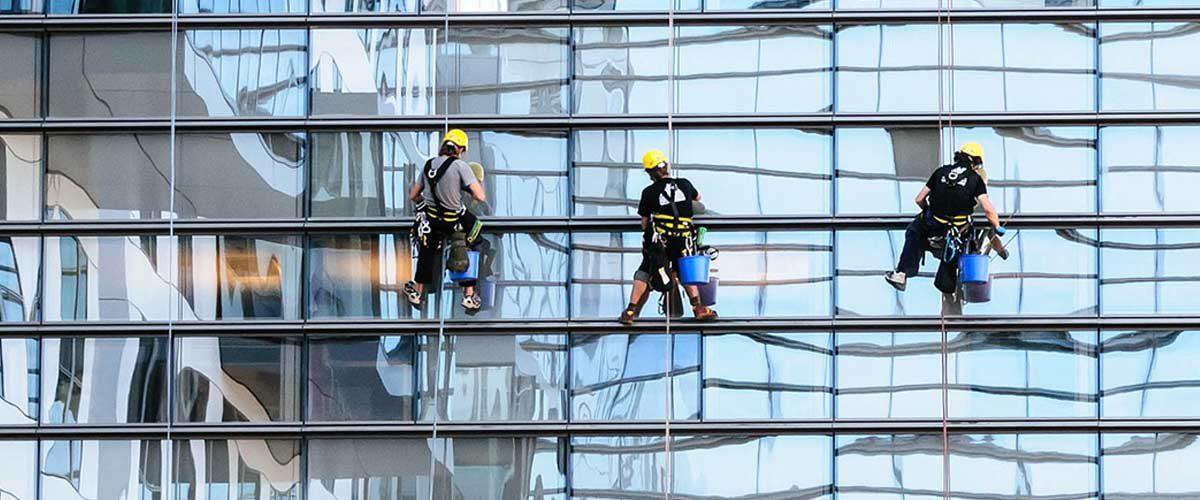 עובדים בגובה מנקים חלונות